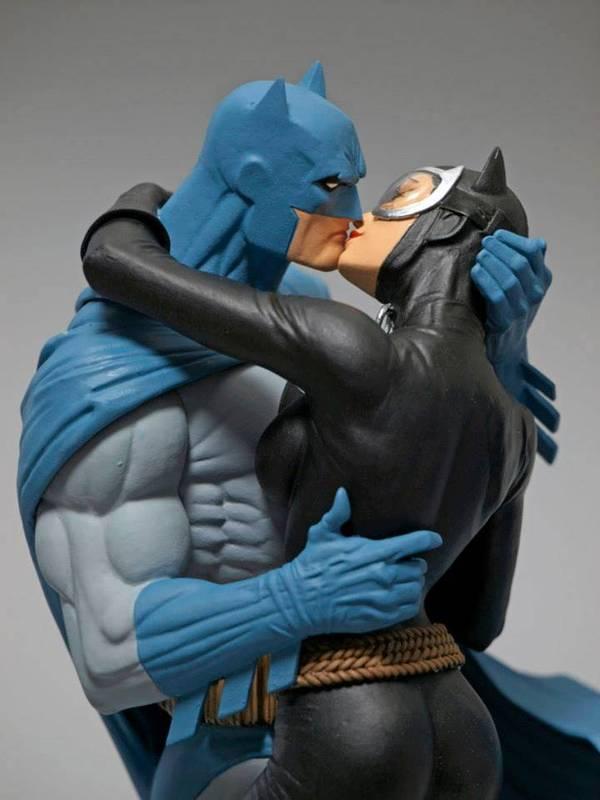 DC Comics Batman Hush Batman and Catwoman Kiss Statue