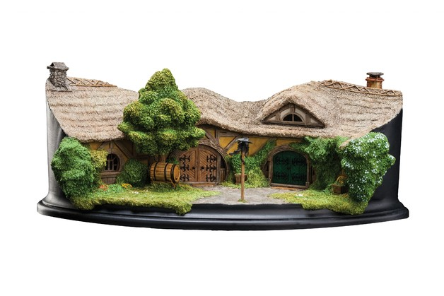 The Hobbit: The Green Dragon Inn - Environment Statue
